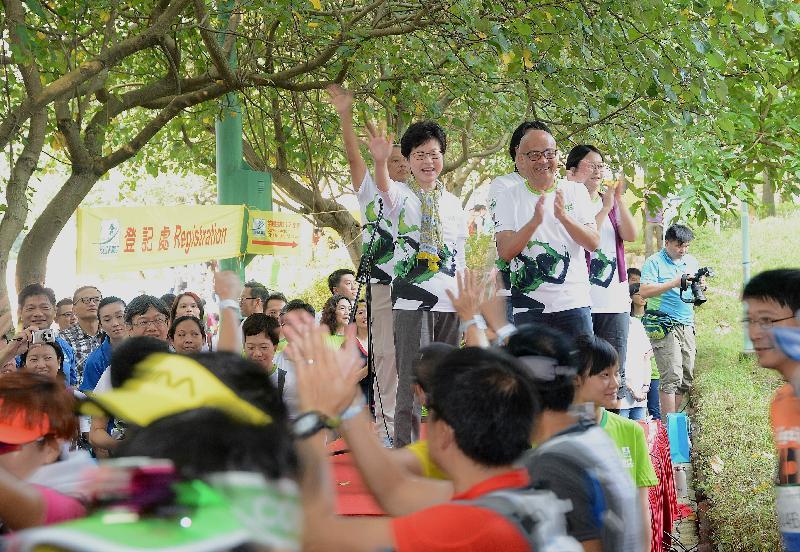 政務司司長林鄭月娥(前排左一)今日(十月二十三日)上午在油塘舉行的苗圃挑戰12小時慈善越野馬拉松2016起步禮主持起步儀式。