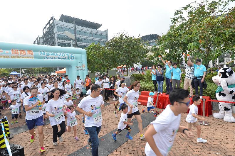 政務司司長林鄭月娥(台上左四)今日(十月二十三日)上午在沙田香港科學園舉行的小母牛競跑助人2016上主持鳴槍儀式。