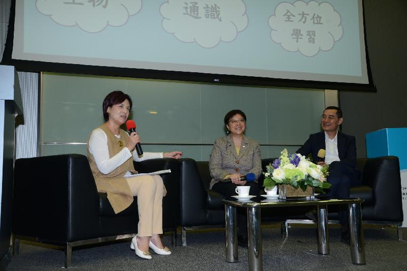 教育局副秘書長陳嘉琪博士(左)、Esri中國(香港)主席鄧淑明博士(中)及香港教育城行政總監鄭弼亮(右)今日(十月二十五日)在全港校際氣候變化跨課程專題比賽2016/17啟動禮暨氣候變化與科技研討會分享環節上談及科技與氣候變化。