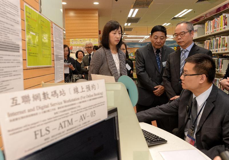 民政事務局局長劉江華今日(十一月七日)出席粉嶺南公共圖書館開幕典禮後,與一眾嘉賓參觀館內設施。
