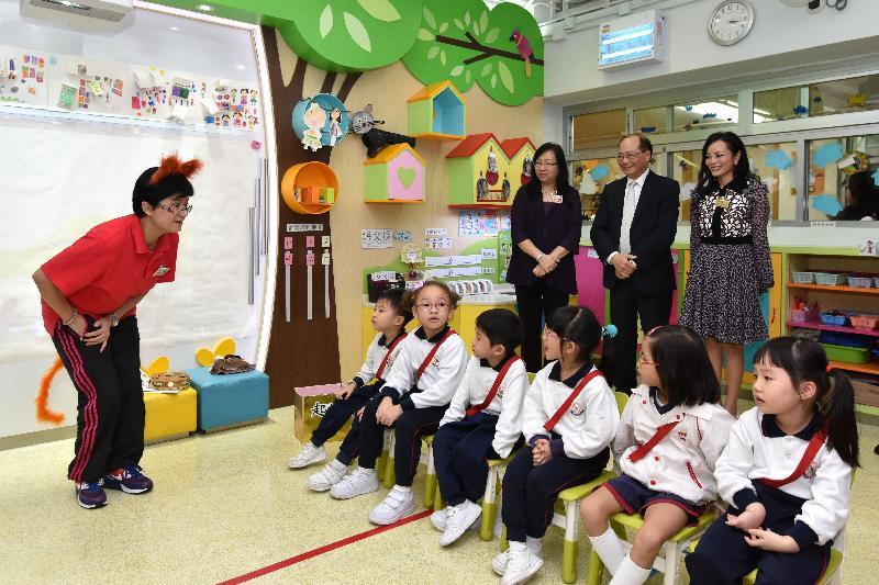 教育局局長吳克儉(後排中)今日(十一月八日)探訪東華三院高德根紀念幼稚園,並參觀學生的學習活動。