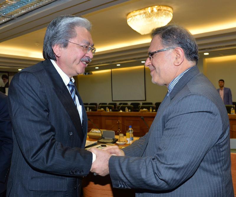 財政司司長曾俊華(左)今日(德黑蘭時間十一月八日)訪問伊朗德黑蘭,並與伊朗中央銀行行長賽伊夫會面。