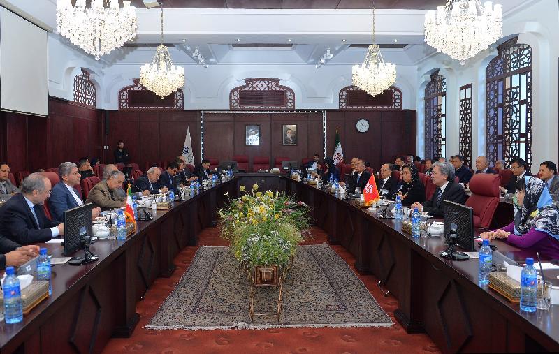 財政司司長曾俊華(右二)今日(德黑蘭時間十一月八日)訪問伊朗德黑蘭,並與伊朗財經部長塔列巴尼(左二)會面。