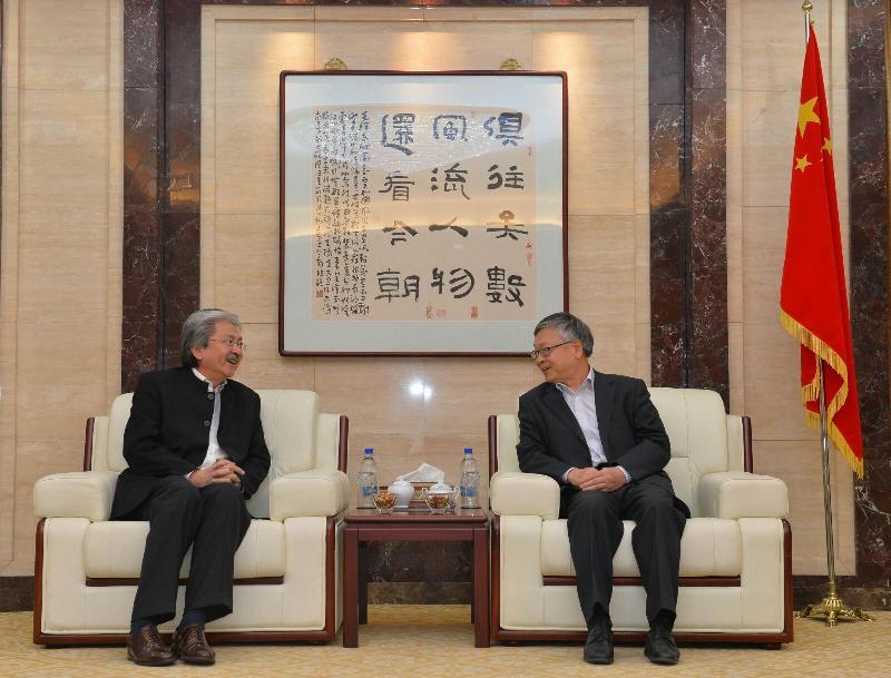 The Financial Secretary, Mr John C Tsang (left), today (November 9, Tehran time) pays a courtesy call on the Chinese Ambassador to Iran, Mr Pang Sen (right) in Tehran, Iran.