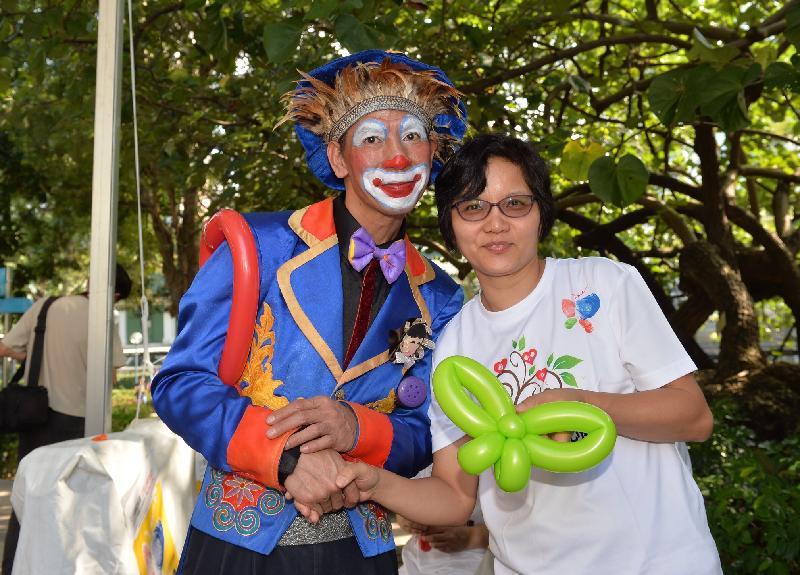 衞生署今日(十一月十二日)在九龍公園「生命•愛」花園舉辦嘉年華,慶祝香港的首個器官捐贈日及衞生署成立中央器官捐贈登記名冊八周年。圖示小丑在嘉年華上把汽球扭成象徵器官捐贈的蝴蝶標記形狀。