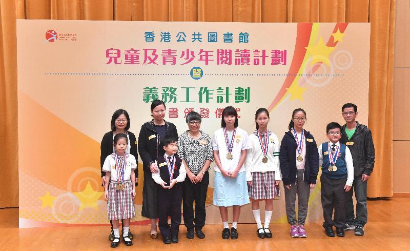 由康樂及文化事務署香港公共圖書館主辦的「兒童及青少年閱讀計劃」暨「香港公共圖書館義務工作計劃」證書頒發儀式今日(十一月十二日)在香港中央圖書館舉行。圖示香港閱讀學會會長黃婉芬博士(右六)頒獎予「兒童及青少年閱讀計劃──閱讀超新星」得獎者。