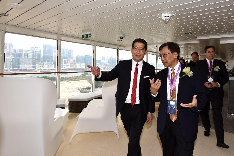 商務及經濟發展局局長蘇錦樑(左)在雲頂香港有限公司主席兼行政總裁丹斯里林國泰(右)陪同下,今日(十一月十二日)在啟德郵輪碼頭參觀「雲頂夢號」。