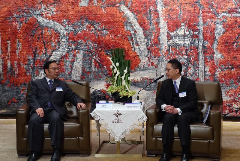律政司司長袁國強資深大律師(右)今日(十一月十五日)在南京與江蘇省人大常委會副主任公丕祥(左)會面。