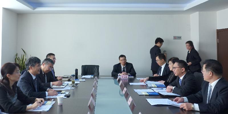 律政司司長袁國強資深大律師(右二)今日(十一月十五日)在南京訪問,參觀南京港澳仲裁院,並與南京仲裁委員會秘書長夏鳴(左二)會面,就雙方關注的議題交換意見。