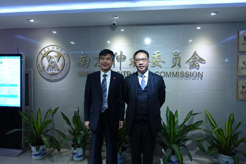 律政司司長袁國強資深大律師(右)今日(十一月十五日)在南京參觀南京港澳仲裁院後,與南京仲裁委員會秘書長夏鳴(左)合照。