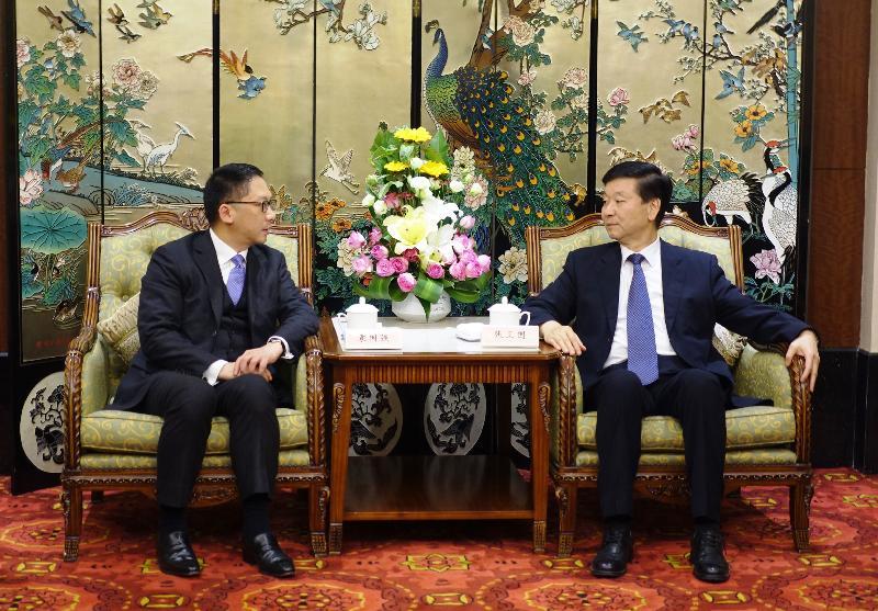 律政司司長袁國強資深大律師(左)今日(十一月十五日)在南京與江蘇省人大常委會常務副主任張衛國(右)會面,討論雙方關注的事項。