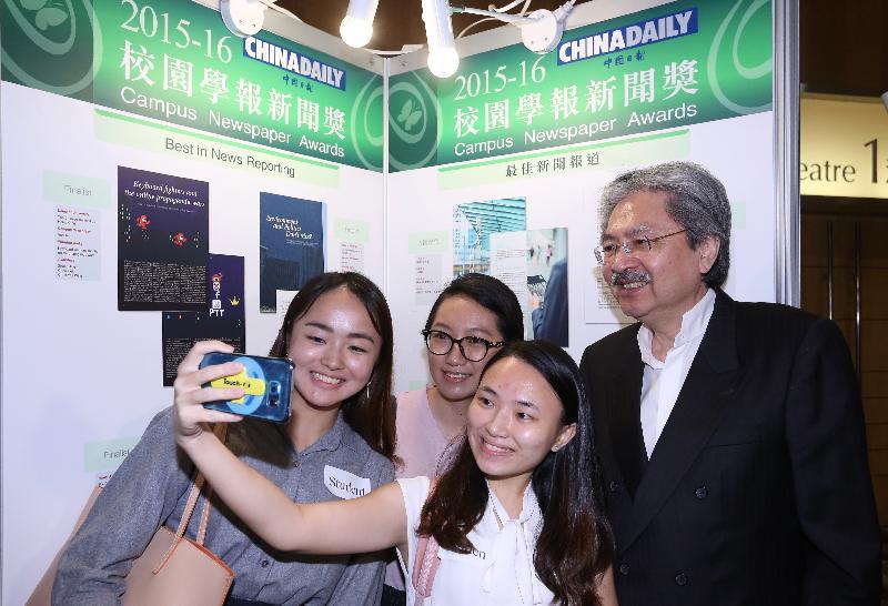 財政司司長曾俊華(右一)今日(十一月十七日)在香港會議展覽中心出席2015-16校園學報新聞獎頒獎典禮,並與學生合照。