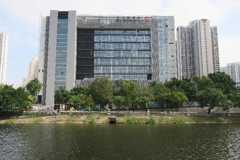 A glass curtain wall has been installed at Tin Shui Wai Hospital to enhance natural illumination.