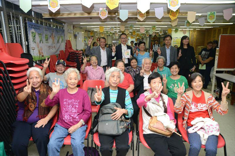 The Secretary for the Civil Service, Mr Clement Cheung (back row, second left), visits the elderly services centre of the Neighbourhood Advice-Action Council Tung Chung Integrated Services Centre today (November 18). Senior citizens at the centre presented a handmade souvenir to Mr Cheung.