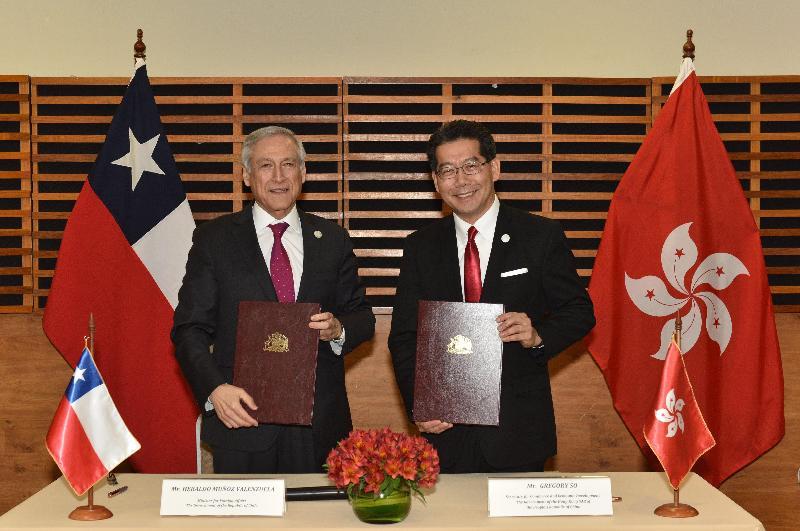商務及經濟發展局局長蘇錦樑(右)今日(秘魯時間十一月十八日)與智利外交部長Heraldo Muñoz Valenzuela在秘魯利馬簽署投資協定後合照。