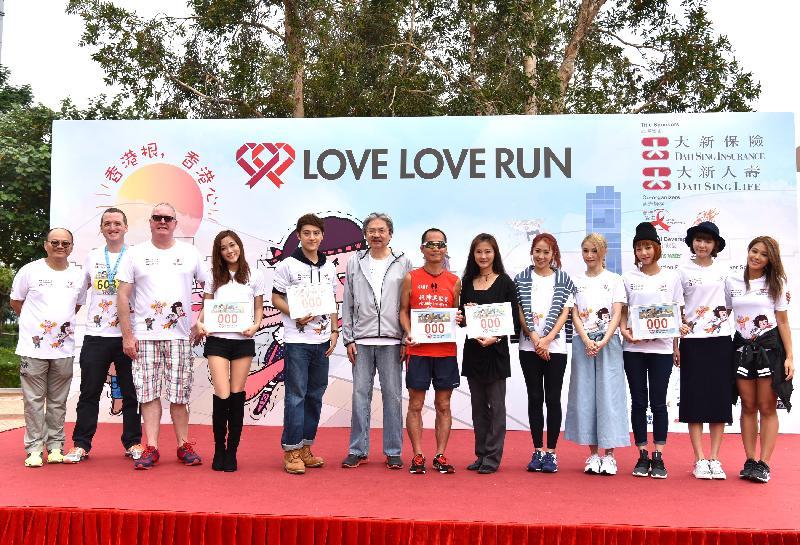 財政司司長曾俊華(左六)今日(十一月二十日)上午在大埔白石角海濱長廊舉行的「大新 愛跑 愛關懷」頒獎典禮上,與其他嘉賓合照。