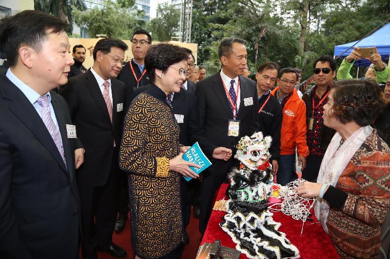 政務司司長林鄭月娥今日(十一月二十四日)主持「2016香港‧佛山節」開幕禮後參觀展覽。