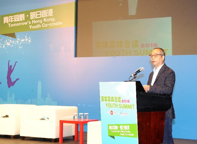由民政事務局及青年事務委員會合辦的青年高峰會議2016今日(十一月二十六日)舉行,今屆高峰會議以「青年同創.明日香港」為主題,為青年人提供平台表達對社會政策的意見。圖示民政事務局局長劉江華在高峰會議上致歡迎辭。
