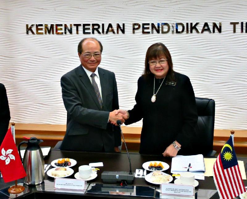 教育局局長吳克儉(左)與馬來西亞高等教育部副部長葉娟呈(右)今日(十一月二十八日)在馬來西亞吉隆坡會面,公布「一帶一路獎學金--馬來西亞」計劃。
