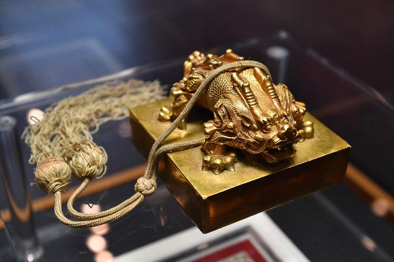 「宮囍--清帝大婚慶典」展覽今日(十一月二十九日)於香港文化博物館開幕。圖為展覽中展示的金龍紐「皇后之寶」印章。這枚金龍紐「皇后之寶」印章是一九二二年末代皇帝溥儀和婉容結婚時按照清代制度所製造。