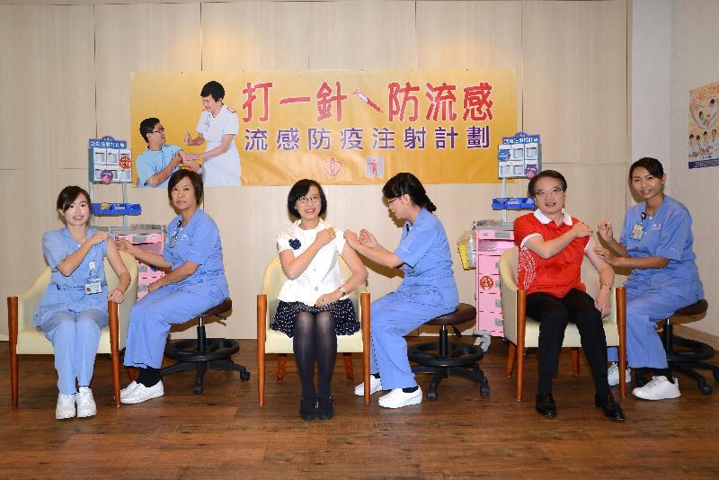 食物及衞生局副局長陳肇始教授(左三)、醫院管理局聯網服務總監張偉麟醫生(右二)及一名註冊護士(左一)今日(十二月一日)在東區尤德夫人那打素醫院接受流感疫苗注射。