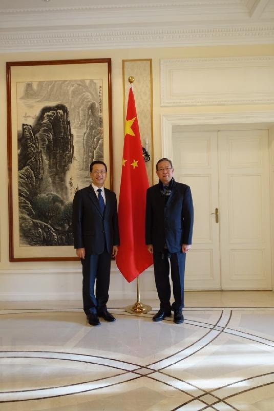 保安局局長黎棟國昨日(日內瓦時間十一月三十日)下午拜訪了中國常駐聯合國日內瓦辦事處和瑞士其他國際組織代表團常駐代表馬朝旭大使。