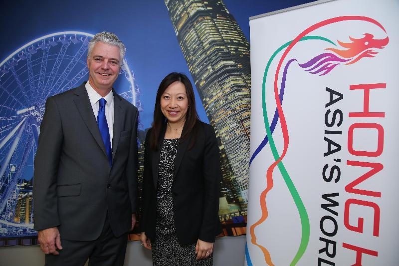 香港駐倫敦經濟貿易辦事處處長杜潔麗(右)及英國財政部經濟事務秘書郝世民(左)在十二月六日(倫敦時間)的倫敦香港金融服務業論壇2016酒會上合照。
