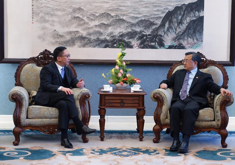 律政司司長袁國強資深大律師(左)今日(十二月八日)在北京與外交部副部長劉振民(右)會面。