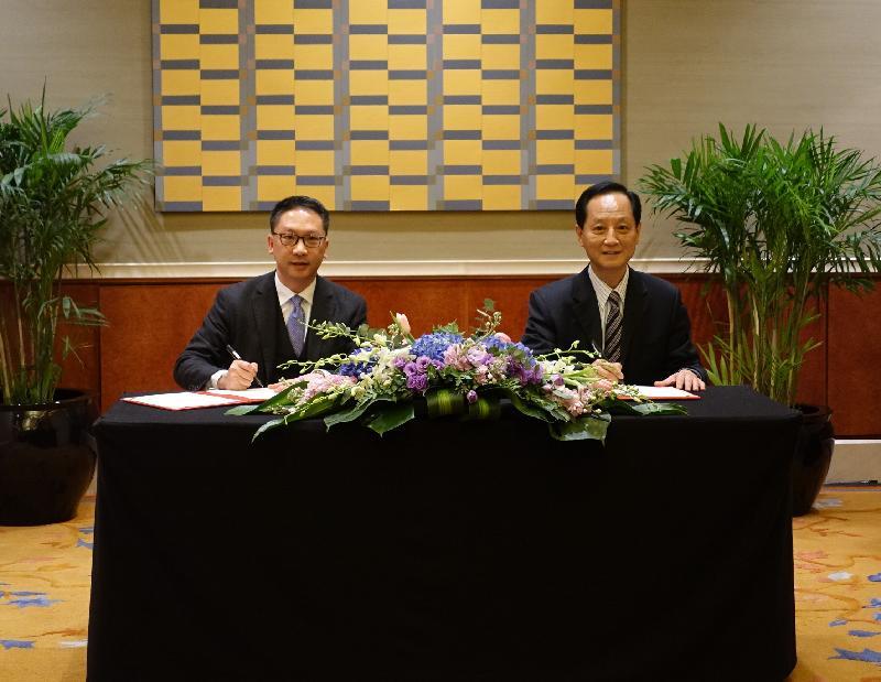 律政司司長袁國強資深大律師今日(十二月八日)在北京出席律政司與中國政法大學有關法律交流和合作安排的簽署儀式。圖示袁國強(左)與中國政法大學黨委書記石亞軍(右)簽署有關安排。