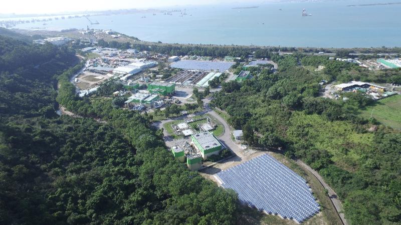 渠務署小濠灣污水處理廠太陽能發電場今日(十二月九日)正式投入運作。該座發電場由超過4 200塊多晶硅太陽能光伏板組成,總裝置發電容量最高達110萬瓦特,每年發電量可達110萬度,是現時全港最大的太陽能發電場。
