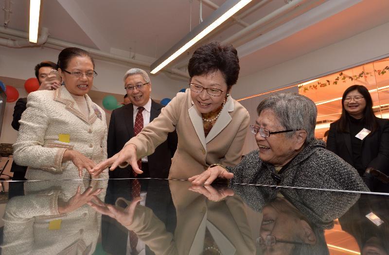 政務司司長林鄭月娥今日(十二月九日)出席位於元朗的香港盲人輔導會賽馬會欣康樓開幕典禮。圖示林鄭月娥(前排右二)參觀大樓設施。