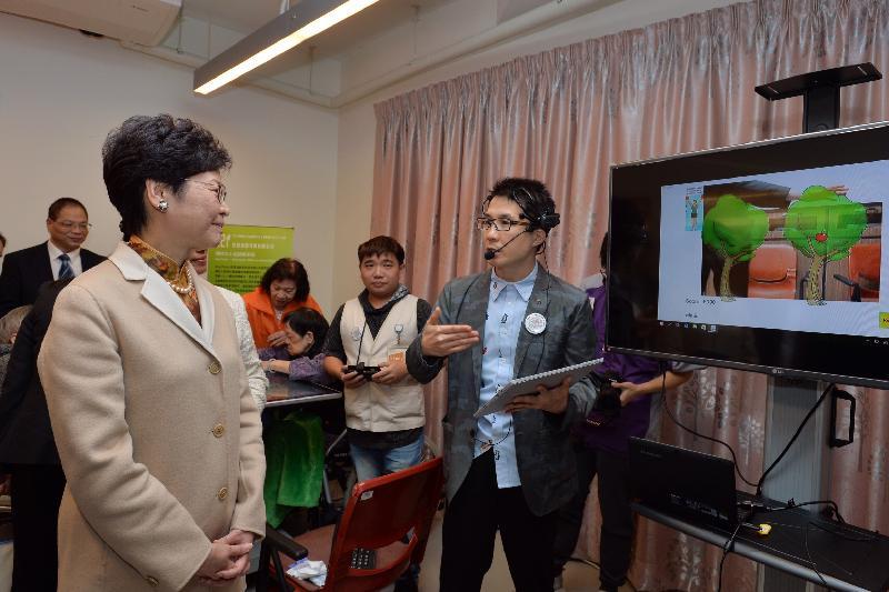 政務司司長林鄭月娥今日(十二月九日)出席位於元朗的香港盲人輔導會賽馬會欣康樓開幕典禮。圖示林鄭月娥(左)參觀大樓設施。
