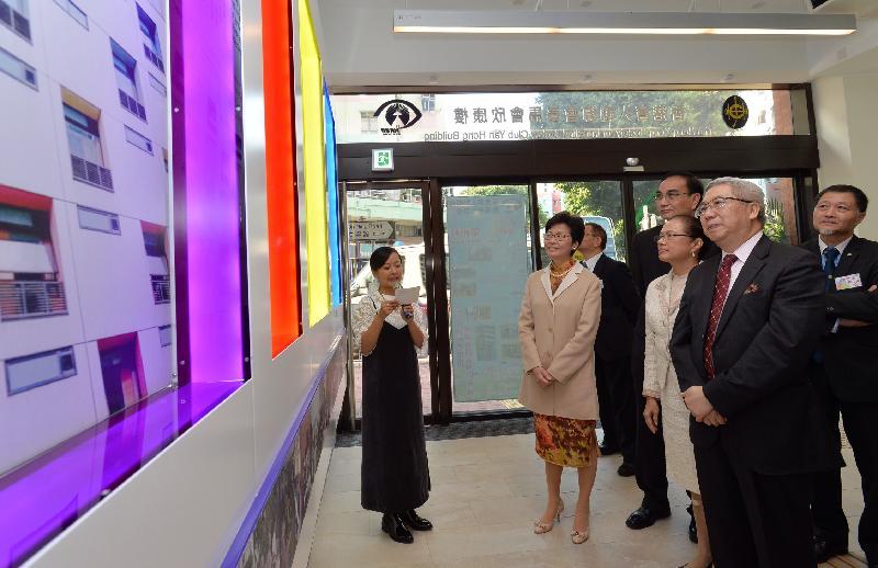 政務司司長林鄭月娥今日(十二月九日)出席位於元朗的香港盲人輔導會賽馬會欣康樓開幕典禮。圖示林鄭月娥(左二)參觀大樓設施。