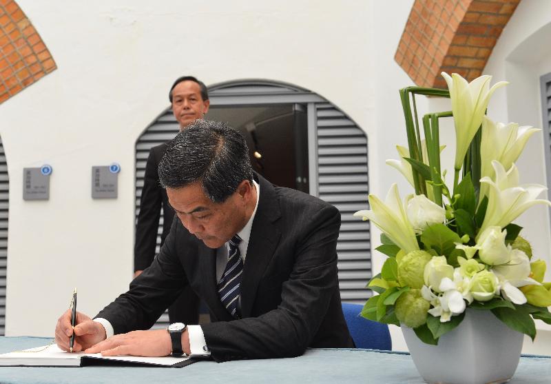 行政長官梁振英今日(十二月十三日)上午在香港海防博物館出席南京大屠殺死難者國家公祭日紀念儀式。圖示梁振英簽署紀念冊。