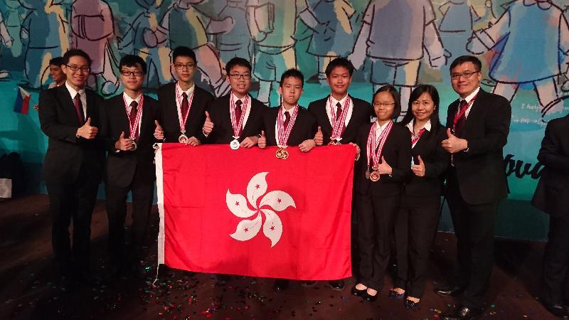 六名香港中學生在「國際初中科學奧林匹克2016」比賽中創出佳績,成員在印尼峇里島的比賽場地合照。左起:吳煒堯(副領隊)、唐嘉朗、黃子峯、陳澤賦、鄒駿宏、莫君霖、黃悅陶、葉雅琳(副領隊)、曾天德(領隊)。