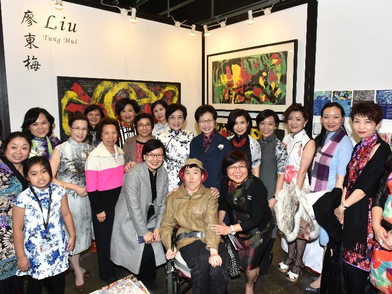 政務司司長林鄭月娥今日(十二月十五日)傍晚在香港會議展覽中心出席水墨藝博2016開幕禮。圖示林鄭月娥(第二排中)參觀展覽。