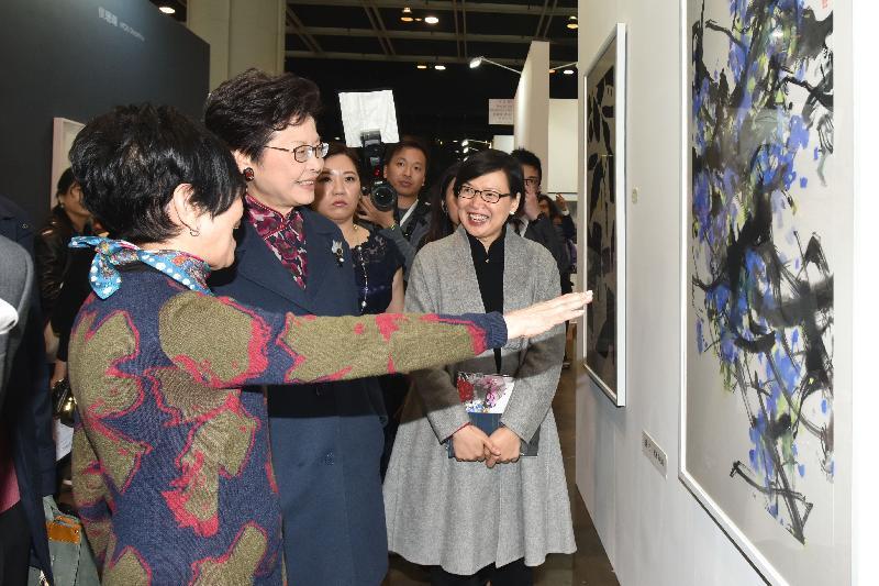 政務司司長林鄭月娥今日(十二月十五日)傍晚在香港會議展覽中心出席水墨藝博2016開幕禮。圖示林鄭月娥(中)參觀展覽。