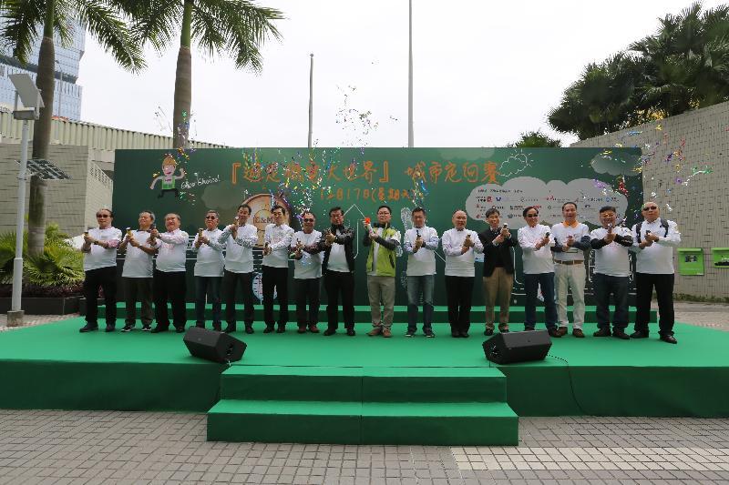 署理機電工程署署長薛永恒(右八)與香港機電業推廣工作小組成員機構代表今日(十二月十七日)在九龍灣機電工程署總部大樓主持「遊走機電大世界」城市定向賽起步禮。