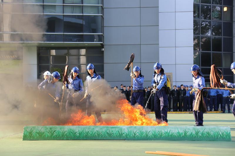 民眾安全服務隊(民安隊)今日(十二月十八日)在民安隊總部舉行第七十七屆新隊員結業會操。圖示學員示範撲救山火。