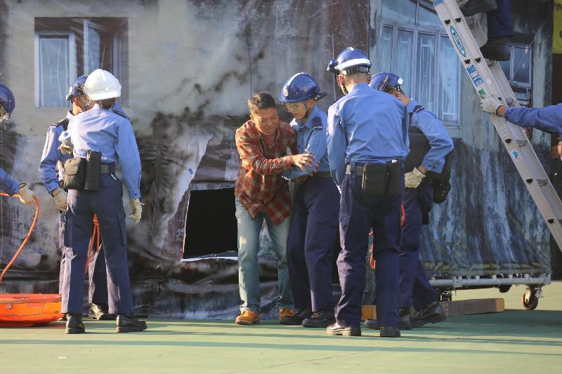 民眾安全服務隊(民安隊)今日(十二月十八日)在民安隊總部舉行第七十七屆新隊員結業會操。圖示學員示範拯救被困傷者。