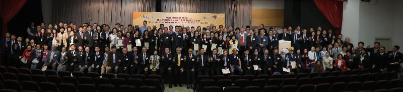 懲教署與香港城市大學今日(十二月二十二日)合辦「2016非政府機構論壇暨非政府機構傑出義工嘉許禮」。約二百五十多名非政府機構代表、學者、義工和懲教署人員出席是次論壇。