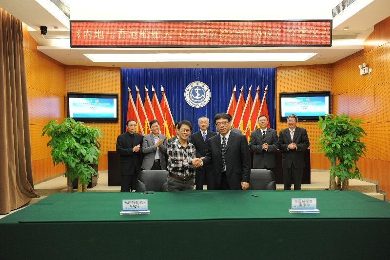 香港特別行政區環境局與交通運輸部轄下的海事局今日(十二月二十三日)在深圳簽訂《內地與香港船舶大氣污染防治合作協議》,加強雙方在控制船舶大氣污染方面的區域交流與合作。協議由環境局副局長陸恭蕙(左)和海事局副局長李宏印(右)共同簽署。
