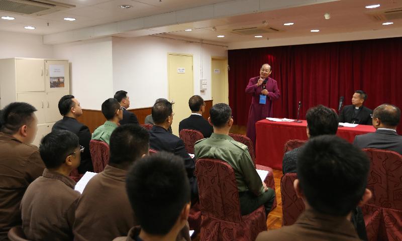 香港聖公會大主教鄺保羅大主教今日(十二月二十三日)到東頭懲教所主持聖誕崇拜。