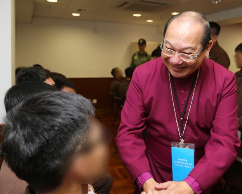 香港聖公會大主教鄺保羅大主教(右)今日(十二月二十三日)到東頭懲教所主持聖誕崇拜,並與出席的在囚人士交談。