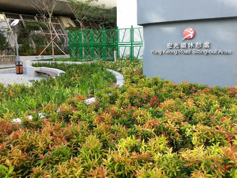 宏光道休憩處今日(十二月三十日)正式啟用,圖示場內的花圃園景及綠化地帶。