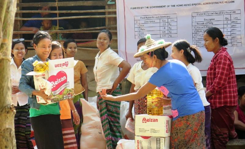 救援機構的當地職員向緬甸水災災民派發糧食包,內有大米、豆子、食油及食鹽。