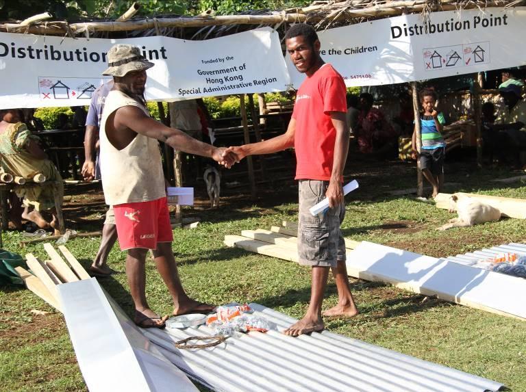 救援機構的當地職員向瓦努阿圖風災災民派發緊急維修屋舍物料及工具,讓災民自行修補已損毀的房屋作為暫時居所。