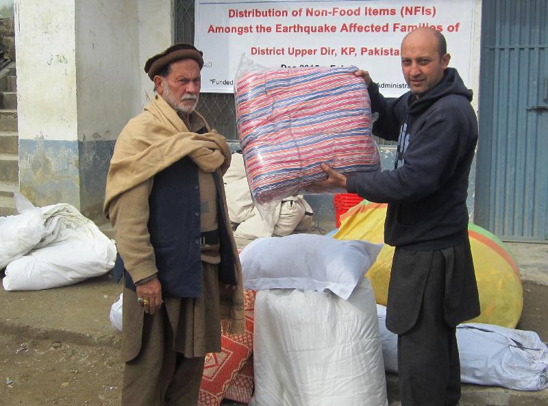 救援機構的當地職員向巴基斯坦地震災民派發家庭用品,包括廚具、水桶、墊褥、枕頭、毛氈及披肩等。