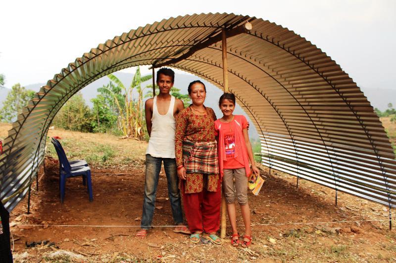 尼泊爾地震災民利用救援機構派發的波狀鍍鋅鐵片搭建臨時居所。