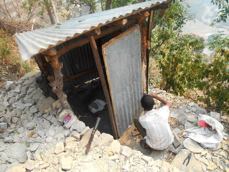 尼泊爾地震災民收到救援機構派發的太陽能燈、波狀鍍鋅鐵片、維修工具及塑膠廁盤。